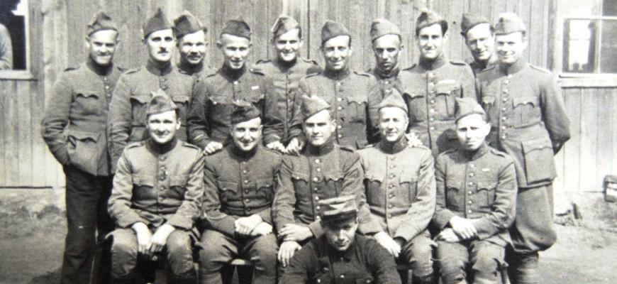 2.13.2-6-5 - Groepsfoto in Stalag 369 Kobierzyn (21 Mei 1944)